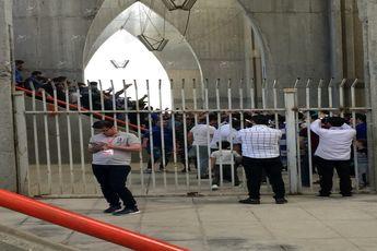 رحمتی تشویق شد، خسرو پیراهنش را هدیه داد/ توهین هواداران استقلال به بازیکنان نفت+ تصاویر
