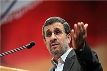 اهداء لوح تقدیر به احمدینژاد