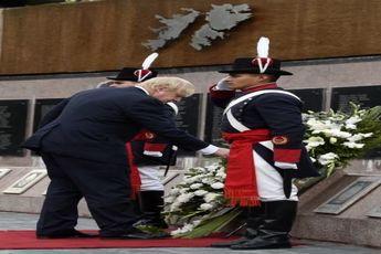 جانسون به سربازان کشته شده توسط انگلیس ادای احترام کرد/عکس